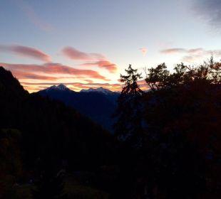 Sonnenuntergang über den Bergen MIRAMONTI Boutique Hotel