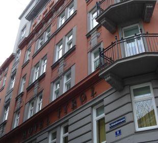 Fassade und Eingang in einer engen Seitengasse Small Luxury Hotel Das Tyrol