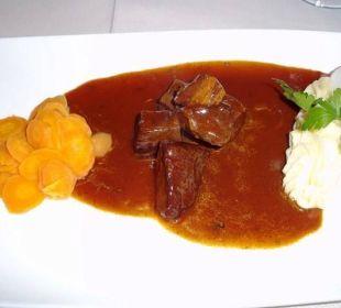 Rindersaftgulasch mit Kartoffelpüree & glasierten  Alphotel Tyrol