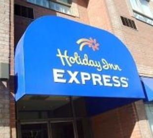 Sideentrance of the Hotel Hotel Holiday Inn Express Toronto Downtown
