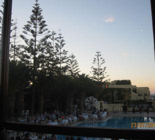 Außblick vom Restaurant zum Pool Vantaris Beach Hotel