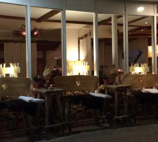 Blick von außen in die Bar Hubertus Alpin Lodge & Spa