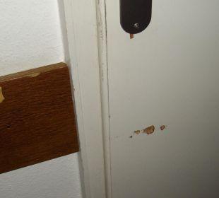 Tür im Zimmer. 3,5 Sterne - kaum zu glauben. Aktivhotel & Gasthof Schmelz