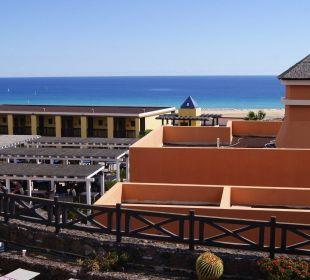 Widok z tarasu słonecznego na snackbar i ocean Hotel Barcelo Jandia Playa
