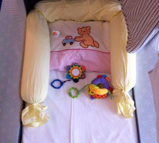 Babybettchen nach Zimmerreinigung Cavallino Bianco Family Spa Grand Hotel