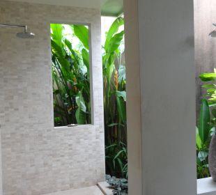 Eines der Badezimmer in unserer Villa mit Dusche The Ahimsa Beach