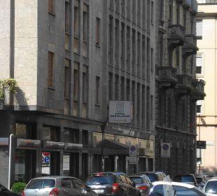 Frontansicht und Strasse Hotel Mediolanum
