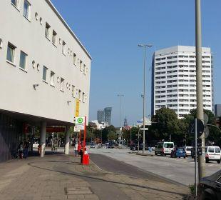 Außenbereich mit Blick zur Reeperbahn Hotel Zleep Hamburg City