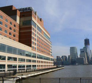 Das Hotel und Blick über den Hudson auf Manhattan Hotel Hyatt Regency Jersey City On The Hudson