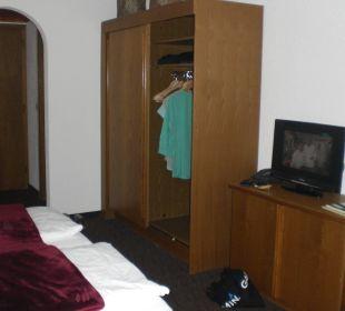 ältere Möbel, dunkles Zimmer Familien-Landhotel Stern