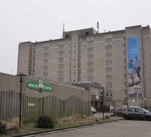 Hotel von hinten mit der Sportanlage Center Parcs Park Zandvoort Strandhotel