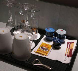 Kaffeebecher und Gläser
