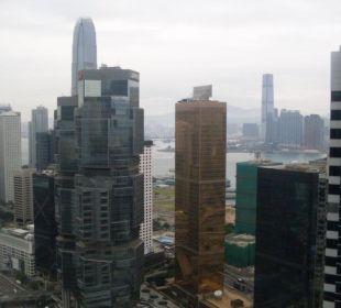Blick aus dem Fenster zum Hafen und nach Kowloon. Hotel Conrad Hong Kong