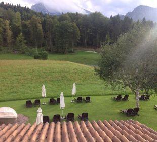 Balkonblick auf Liegewiese und Rundweg  Alm- & Wellnesshotel Alpenhof