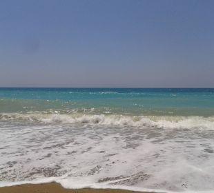 Große Wellen und tolle Wasserfarbe an den Tag Linda Resort Hotel
