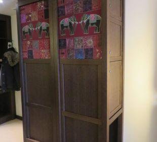 Schrank im Zimmer (auf einer Seite Safe und Minibar) Lindner Park-Hotel Hagenbeck