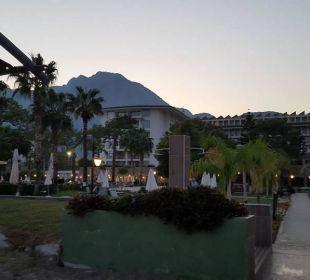 Blick vom Strand zum Hotel  Kilikya Palace Göynük
