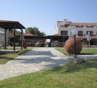 Blick von der Liegewiese über den Garten Hotel Mimosa Beach