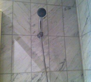 Spritzt beim Duschen neben die Wanne, Bad schwimmt Hotel Wiesler