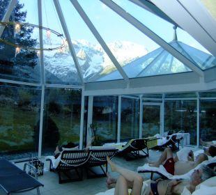 Schwimmbad mit Liegen und gigantischem Bergblick Kaysers Tirolresort