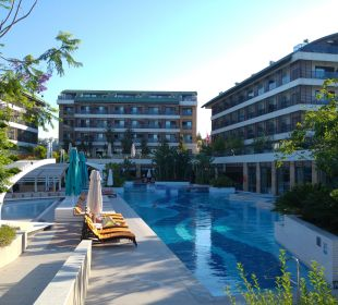 Hotelanlage von der Strandpromenade aus.  Sensimar Side Resort & Spa