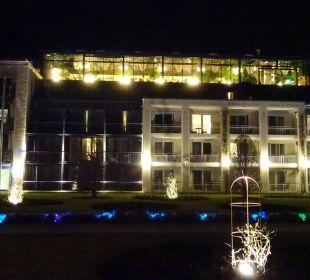 """Hotel zum Strand bei Nacht, oben  der """"Wintergarte Maritim Hotel Kaiserhof Heringsdorf"""