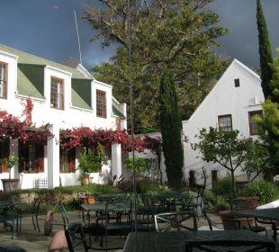 Blick aus dem verglasten Frühstücksraum Hotel The Cellars-Hohenort