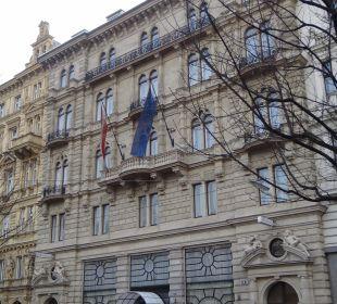 Blick vom Rudolfsplatz auf Fassade K+K Palais Hotel