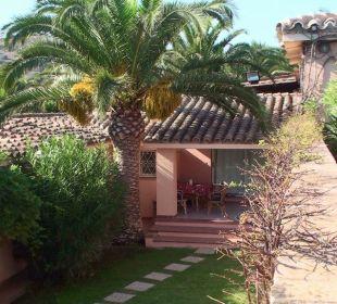 Unser Garten samt Bungalowterrasse vom Pool aus Hotel Residence Fenicia