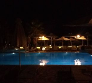 Pool am Abend Hotel Acharavi Beach