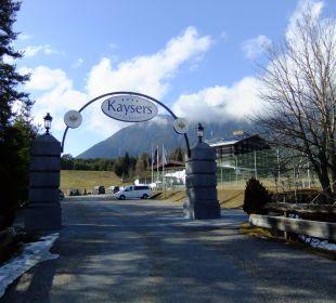 Einfahrt zum Hotelresort Kaysers Tirolresort