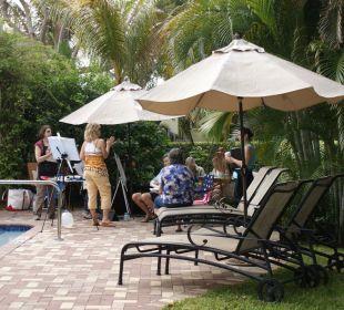 Künstler beim Malen in der Gartenanlage