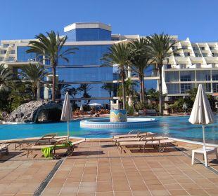 Hotel vom Meer aus gesehen, mit riesiger Glasfront SBH Hotel Costa Calma Palace