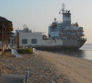 Strand mit Schiff Hotel Flamingo Beach Resort