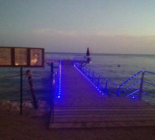 Beleuchteter Steg mit Glasscheibe Hotel Grand Rotana Resort & Spa