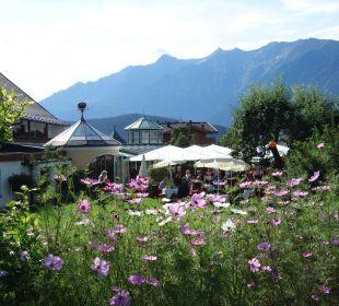 Gepflegter Garten um das Hotel Alpenresort Schwarz