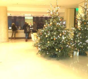 Weihnachtliche Lobby Hotel Dorint an der Messe Köln