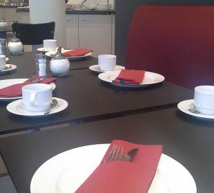 Sehr nett eingedeckt Victor's Residenz Hotel Berlin Tegel