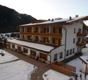 Blick vom Balkon auf das Haupthaus Biovita Hotel Alpi