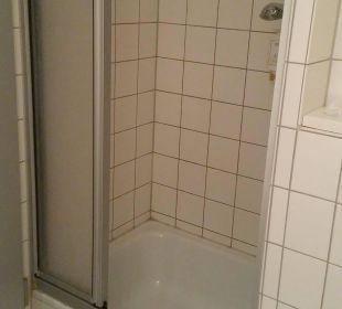 Dusche mit Stolpergefahr Victor's Residenz Hotel Berlin Tegel