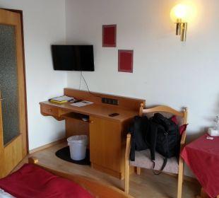 Schreibtisch und TV Pension Haus Hochstein
