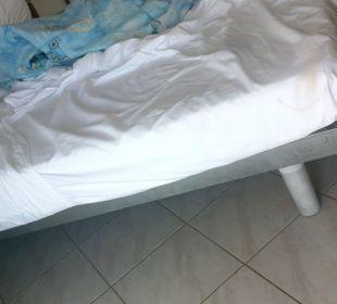 Metallgestell als Doppelbett im Schlafzimmer Verudela Beach & Villa Resort