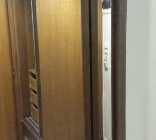 Schrank/Flur Kellerzimmer 319 Hotel King Minos Palace