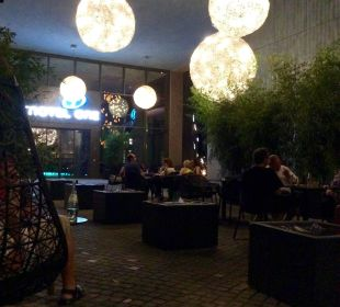 Terrasse am Eingang, abends Motel One Dresden am Zwinger