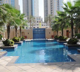 Kleiner Pool direkt an der Straße Vida Hotel Downtown Dubai
