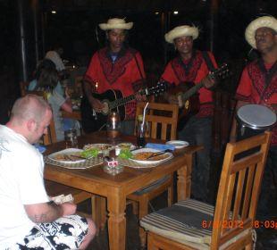 Abends wird manchmal live Musik gespielt  Wunderbar Beach Club Hotel