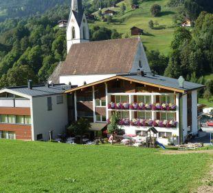 Rückansicht Hotel und Garten Hotel Silbertal