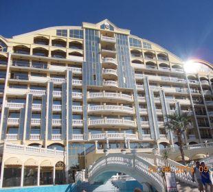 Widok na hotelik z baseniku. Victoria Palace Hotel & Spa