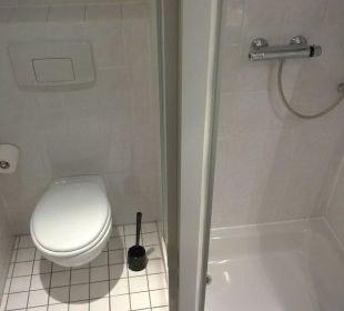 Bad: Links WC, rechts Dusche Hotel Median Hannover Messe