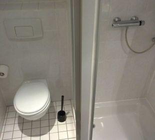 Bad: Links WC, rechts Dusche Hotel Median Hannover Messe